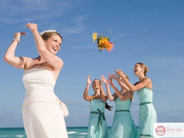 Традиции, связанные с букетом невесты и свадебной подвязкой