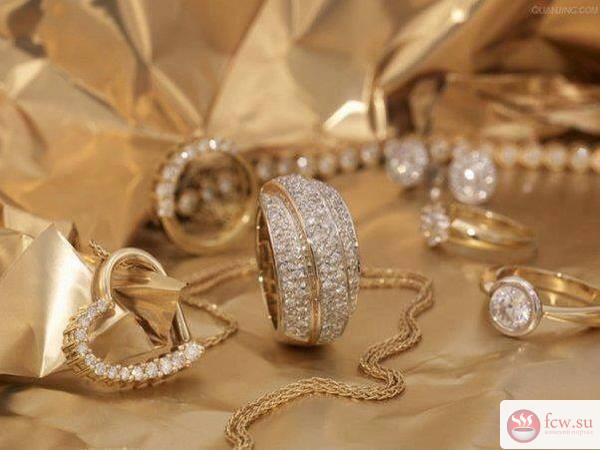 684dd7ffe9c2 Золотые украшения: как правильно носить - Блог Мода и красота ...